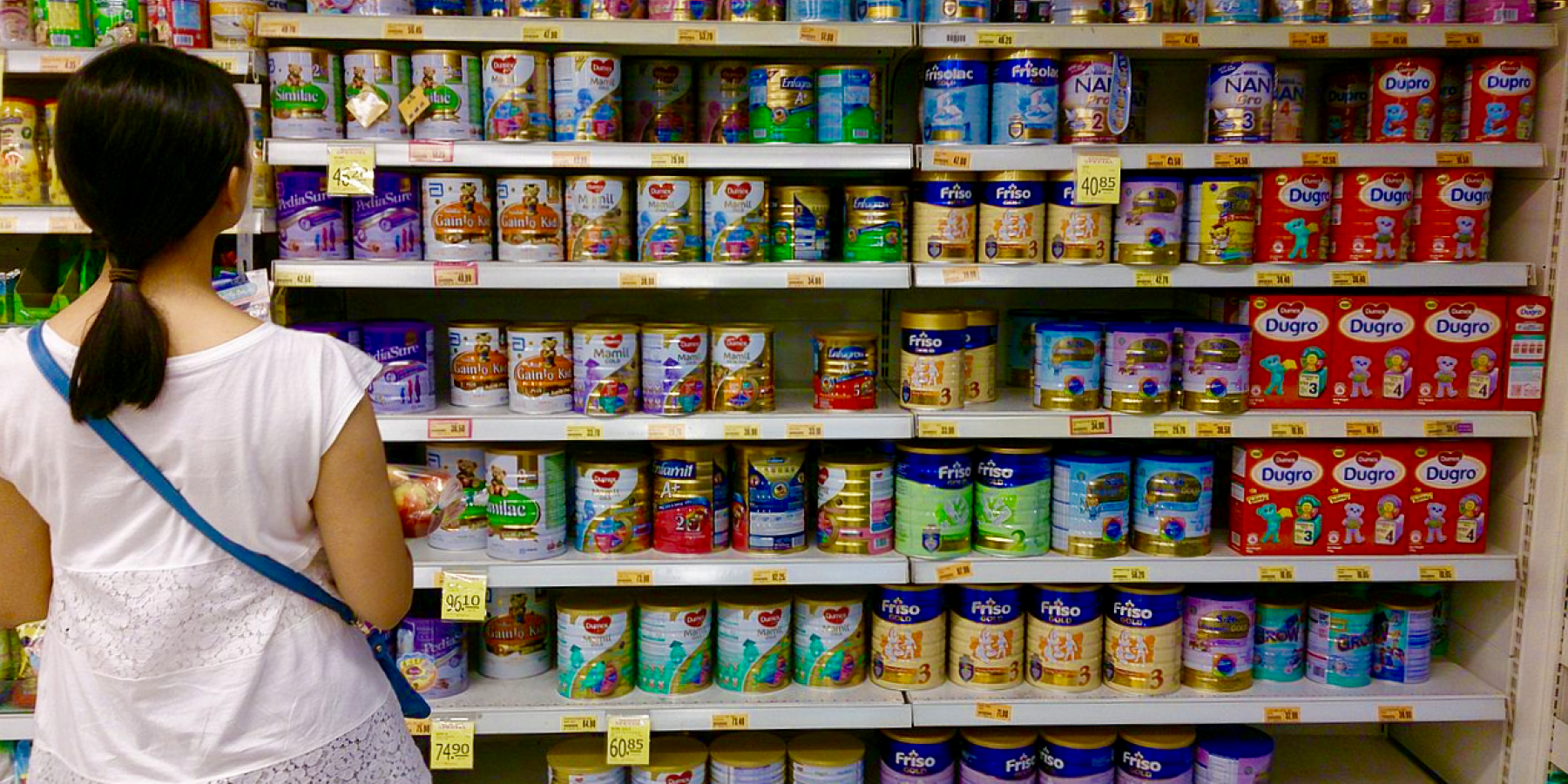 Woman_shopping_for_infant_formula_in_a_supermarket,_Singapore_-_20131102