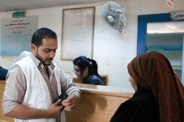 MSF Nurse Sameer Bani Ismael making sure patient has all necessary equipment in her kit for diabetics before she leaves. © N'gadi Ikram / Courtesy of MSF